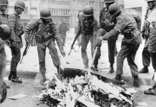 soldados-quemando-libros