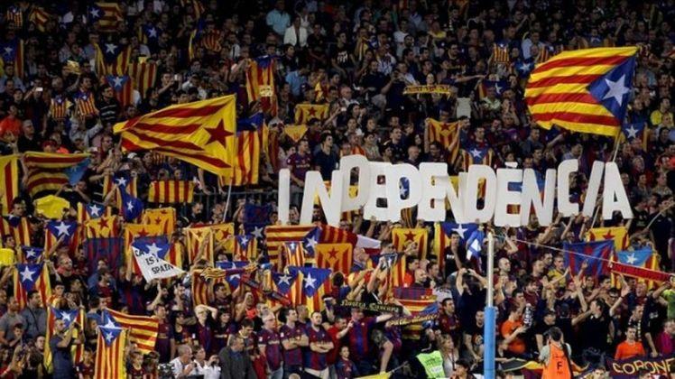 Aficionados-Barcelona-bandera-letrero-independentistas_887021383_2013131_1020x574