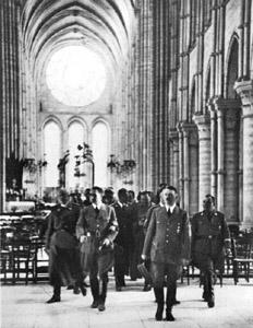 Adolf Hitler, Rudolf Hess y Martin Bormann saliendo de misa