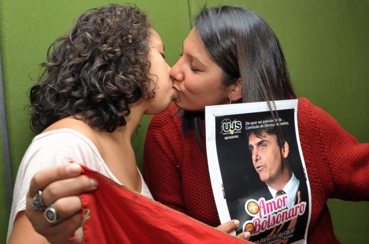 Mujeres del colectivo LGTB haciendo propaganda a favor de Bolsonaro